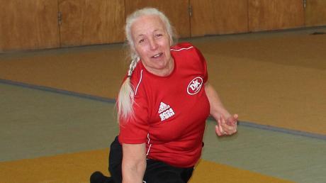 Vroni Kreuzer-Jakob hält nicht nur ihre Seniorengruppe mit täglichen Trainingsfilmen auf Trab. Die 71-Jährige hält sich auch selber fit.