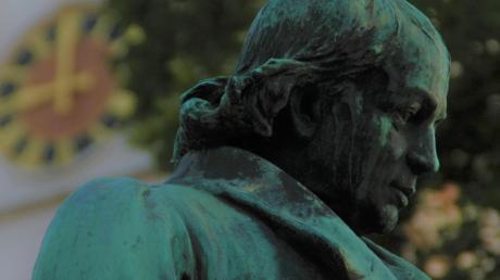 Seit 120 Jahren wird Christoph von Schmid mit einem Denkmal geehrt. Sein Thannhauser Bildnis hat in dieser Zeit reichlich Patina angesetzt und wird jetzt umfassend saniert.