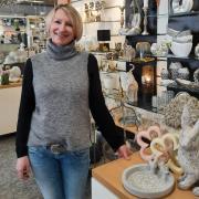 Myriam Schmid, Geschäftsführerin von Haushaltswaren Zach in Krumbach, freut sich, nach mehr als drei Monaten Lockdown wieder für Kunden öffnen zu dürfen. Obwohl die Entscheidung kurzfristig fiel, war ihr Geschäft bereit für die Wiedereröffnung.