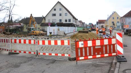 Versorgungsleitungen werden an der Mindelbrücke aus dem Straßenraum heraus in den Düker unter der Mindel verlegt und ans Leitungsnetz angeschlossen. Mehrere Firmen sind an den Arbeiten beteiligt. Im Mai soll die Mindelbrücke dann abgerissen und neu gebaut werden.