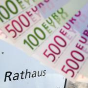 Um mehrere Tausend Euro soll ein Mitarbeiter die Stadt Neu-Ulm betrogen haben.