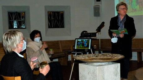 Uschi Gerhardt (rechts) und Prädikantin Eva Behrens (links) von der ausrichtenden Evangelischen Christusgemeinde sowie Christa Holzbock (Mitte) mit weiteren Frauen der Stadtpfarrei Mariä Himmelfahrt gestalteten einen bewegenden Gottesdienst zum Weltgebetstag aus dem Land Vanuatu.