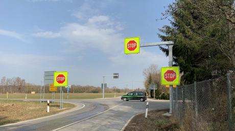 Schon von Weitem sind die neuen Stopp-Schilder an der Nattenhauser Kreuzung zu sehen – sowohl tagsüber als auch nachts. Die grelle Farbe wird bei Verkehrsschildern nur selten eingesetzt, damit Autofahrer sich nicht an sie gewöhnen.