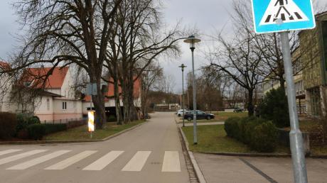 Bis zum Zebrastreifen (im Vordergrund) soll der bestehende Gehweg (im Hintergrund des Bildes links) in der Röschstraße an der Realschule fortgeführt werden, wünscht sich die Junge Union im Stadtrat. Das trage zur Schulwegsicherheit von der Kreuzung Fritz-Kieninger/Röschstraße in Thannhausen bei. Dort komme es immer wieder zu gefährlichen Verkehrssituationen, hieß es im Stadtrat.