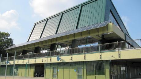 Die schier endlose Debatte um die Zukunft des Sportzentrums in Krumbach hält weiter an. Neubau oder Sanierung? Darüber könnte es nun sogar einen Bürgerentscheid geben. Den Zeitpunkt für einen solchen kritisiert nun Bürgermeister Hubert Fischer.