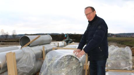 Diese Rohre werden in den neuen Thannhauser Brunnen verwendet, zeigt Armin Wiesmüller vom Wasserwirtschaftsamt Donauwörth nahe des Thannhauser Wasserwerks. Im Hintergrund ist der erste neue Brunnen zu sehen.