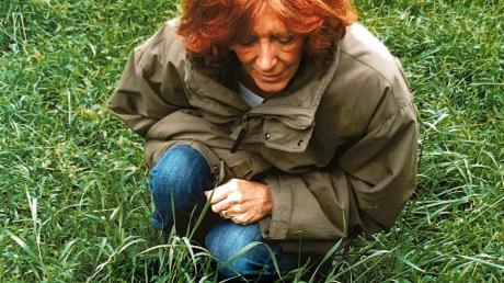 Stiftungsgründerin Gisela Grabowski bei einem Kitz, einem Bambi, das auch im Stiftungsnamen erscheint. Mit der Stiftung möchte Gisela Grabowski das Erbe und das Andenken ihres Mannes Theo bewahren. Dieser züchtete unter anderem Rotwild.