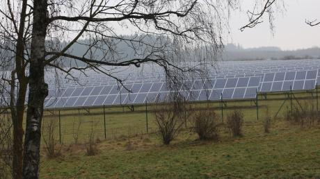 Freiflächen-Fotovoltaik zulassen im Gebiet der Stadt Thannhausen? Mit dieser Frage beschäftigte sich noch einmal der Umweltausschuss Thannhausen. Die abgebildete Anlage steht im Gebiet der Stadt Krumbach am Reschenberg.