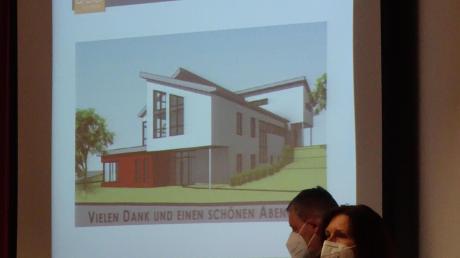 Einen Anbau auf zwei Seiten erfordert die Erweiterung der Kindertagesstätte St. Luzia in Ursberg. Unser Bild zeigt Architektin Birgit Dreier (vorn) und Geschäftsstellenleiter Roland Auerswald bei der Präsentation im Rat.
