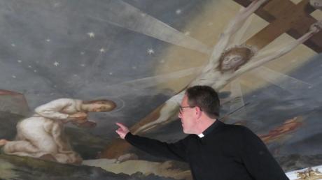 """Die """"Kreuzesvision"""" des heiligen Norbert von Xanten (in weißem Gewand) hat Konrad Huber in einem seiner Gemälde in der Breitenthaler Kirche Heilig Kreuz festgehalten. Derzeit laufen die Restaurierungsarbeiten. Oben auf dem Gerüst kann man, wie hier Dekan Klaus Bucher, Norbert von Xanten sozusagen Auge in Auge gegenüber stehen."""