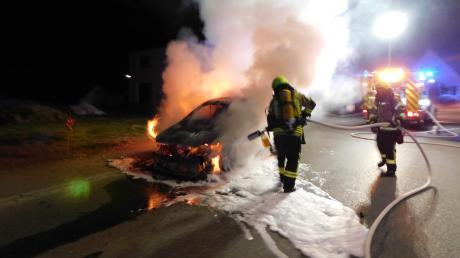 Ein Auto hat am Ostersonntag auf der B16 nördlich von Wattenweiler lichterloh gebrannt.