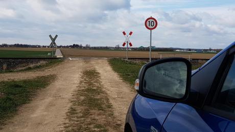 """Die Gemeinde Ellzee spricht sich gegen die """"Auflassung"""" dieses Bahnübergangs nördlich der Firma Borgers Süd aus."""