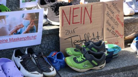 Gut 200 Kinderschuhe wurden vor dem Schulamt Krumbach abgestellt. Jedes Paar Schuhe stehe für ein Kind, das in der Corona-Pandemie leide, hieß es.