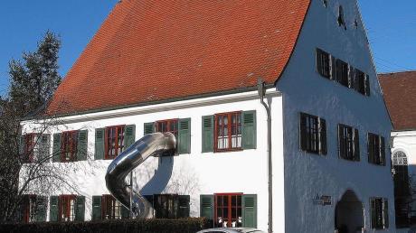 Aktuell ist der zweigruppige Kindergarten im ehemaligen Pfarrhof von Aichen untergebracht. Um eine ganztägliche Kinderbetreuung zu ermöglichen, ist der Neubau einer Tagesstätte unumgänglich.