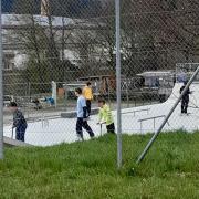Im Prinzip ist der Skatepark im Krumbacher Norden schon fertig. Betreten werden darf die Anlage allerdings noch nicht, der TÜV muss den Skatepark erst noch prüfen. Solange wird das Gelände noch durch Bauzäune und Schilder geschützt – einige Jugendliche tummeln sich trotzdem schon jetzt auf dem Gelände.