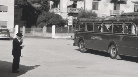 Der Bus, der Mitglieder des Krumbacher Musikvereins 1957 nach Kaltern brachte.