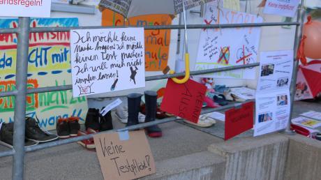 Protest gegen Maskenpflicht und Corona-Tests in den Schulen: Eine entsprechende Aktion gab es bereits vor dem Krumbacher Schulamt. Am kommenden Sonntag soll es eine weitere Protestaktion geben.