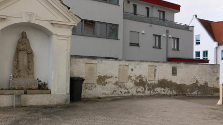 Die Kirchhofmauer im Westen der Stadtpfarrkirche Mariä Himmelfahrt bedarf einer Sanierung.