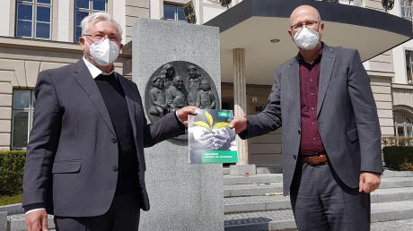 Kooperation zwischen DRW und AOK. Unser Bild zeigt Walter Merkt, Vorstandsvorsitzender des DRW (links) und Hermann Hillenbrand, Direktor der AOK in Günzburg (rechts).