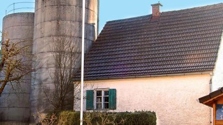 Das Pfründehaus samt der beiden Hochsilos in der Kesselstraße von Balzhausen dürfen abgebrochen werden. Der Eigentürmer muss den vorgeschriebenen Ersatzbau nicht errichten.