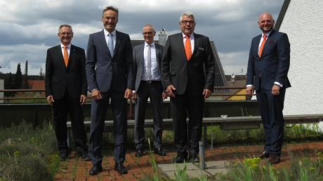 Die Raiffeisenbank Schwaben Mitte und die Genossenschaftsbank Unterallgäu fusionieren. Unser Bild zeigt die Vorstandsmitglieder der beiden Banken (von links): Franz-Josef Mayer, Helmut Graf, Uwe Köhler, Anton Jall und Christian Engelbert Maier.
