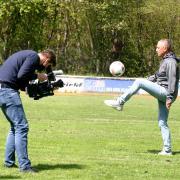 Nach dem BBC-Interview zu Trainer Tuchel auf dem Krumbacher Waldsportplatz wurde der Sportlehrer Hans Komm filmisch porträtiert.