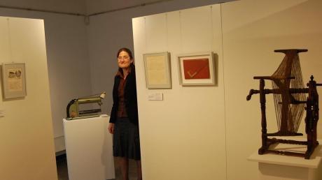 """Ausgefallene Objekte, hier rechts im Bild eine Garnhaspel mit Zählwerk, präsentiert in kleinen Räumen mit vielen Durchblicken die aktuelle Ausstellung """"Streiflichter"""" von Museumsleiterin Anita Roth in Krumbach."""