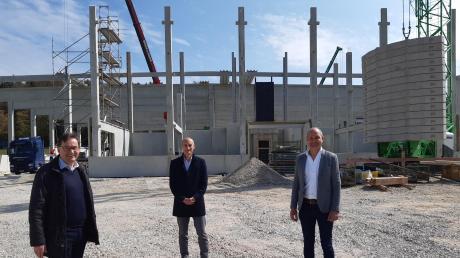 Freuen sich über die gelungene Zusammenarbeit beim Bau der neuen Produktionshalle für die WMT Wieland Metalltechnologie: (von links) Bürgermeister Hubert Fischer, Firmeninhaber Anton Donderer und Architekt Martin Büchele.