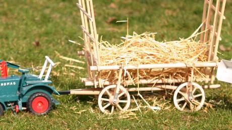 Die sind die Glanzstücke im großen landwirtschaftlichen Modell-Fuhrpark von Anton Dreier. Original nachgebaute Traktoren und ein Leiterwagen.