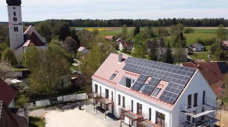 In der Oberwiesenbacher Ortsmitte baut die Familie Konrad-Steidle eine Seniorenwohnanlage. Sie liegt in prominenter Nachbarschaft zur Kirche und zur Alten Schule/Feuerwehr.