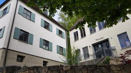 Ein Glasanbau soll das Rathaus und die ehemalige Schule in Neuburg verbinden. Damit soll die Raumnot in der Rathausverwaltung behoben werden.