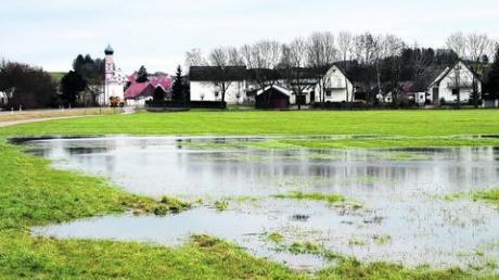 Wo jetzt der Regen für Wasser auf den Wiesen sorgt, soll einmal im Notfall ein Deich Hochwasser zurückhalten. Das Großprojekt entlang der Ortsverbindungsstraße zwischen Balzhausen und Bayersried wird aber wohl erst 2012 begonnen werden.