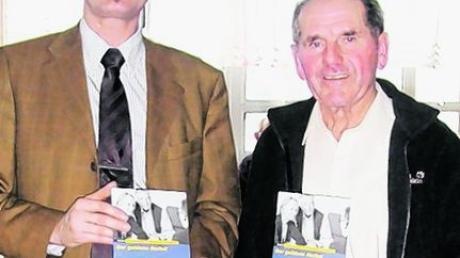 Hauptkommissar Peter Hirsch (links) war einer der Gäste, die Urban Lecheler beim Altennachmittag der Günztal-Senioren begrüßen durfte. Foto: Müller