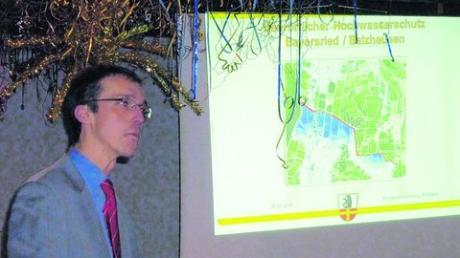 Im für Fasching geschmückten Saal erläuterte Bürgermeister Peter Walburger den geplanten Hochwasserschutz der Gemeinde Ursberg. Foto: Christoph Dizenta