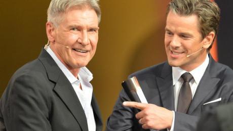 """Moderator Markus Lanz (r) mit Harrison Ford in der ZDF-Show """"Wetten, dass..?""""."""