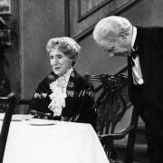 """Sendetermine für """"Dinner for One"""" an Silvester 2020 und an Neujahr 2021: Freddie Frinton als Butler James und May Warden als Dame Miss Sophie."""