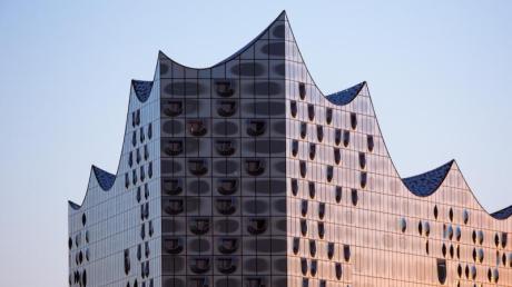 Der wellenförmige Glasbau ist an der höchsten Stelle 110 Meter hoch. Foto: Christian Charisius