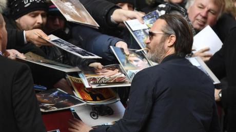 Joaquin Phoenix gibt lässig Autogramme.