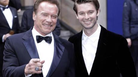 """Arnold Schwarzenegger und sein Sohn Patrick 2017 bei der """"GQ Men of the year""""-Gala. Foto: Jörg Carstensen"""
