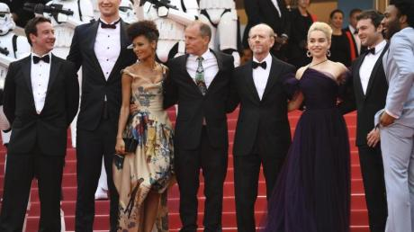 Donald Glover (r-l), Alden Ehrenreich, Emilia Clarke, Ron Howard, Woody Harrelson, Thandie Newton und Joonas Suotamo in Cannes.