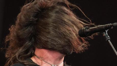 Dave Grohl von den Foo Fighters lässt das Haar wehen.