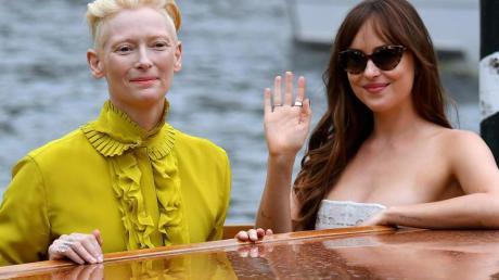 Die Schauspielerinnen Tilda Swinton (l) und Dakota Johnson am Lido Beach.