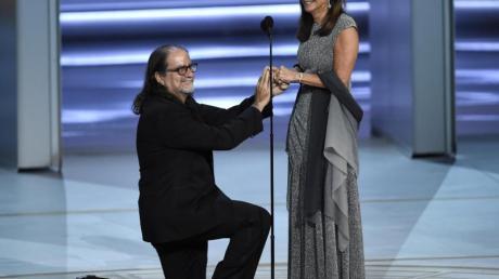 Emmy-Preisträger Glenn Weisshält um die Hand seiner Freundin Jan Svendsen an.