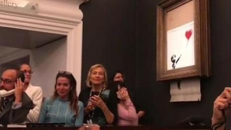 Das Videostandbild, das auf dem Instagram-Account von Banksy veröffentlicht wurde, zeigt die Schredder-Aktion: Foto: Banksy/Press Association Images/