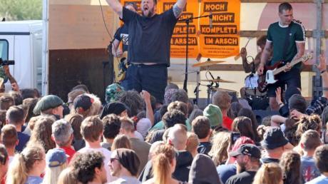 Die Punkband «Feine Sahne Fischfilet» mit ihrem Frontmann Jan «Monchi» Gorkow während eines Konzerts. Foto: Bernd Wüstneck