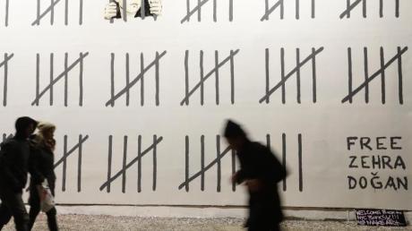 Banksy protestiert in New York gegen die Inhaftierung der türkischen Malerin und Journalistin Zehra Dogan.