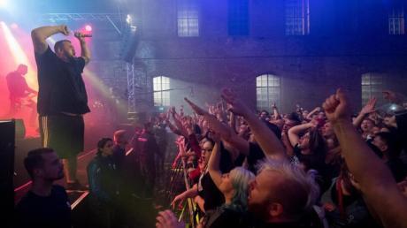 """Die Band Feine Sahne Fischfilet mit Frontmann Jan """"Monchi"""" Gorkow steht in der Alten Brauerei in Dessau auf der Bühne. Foto: Hendrik Schmidt"""