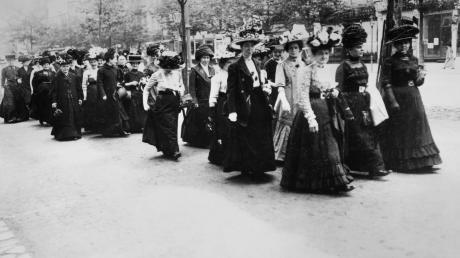 Vor mehr als hundert Jahren demonstrierten Frauen für das Wahlrecht. Doch trotz ihrer Errungenschaften gerieten zahlreiche Frauen in Vergessenheit.
