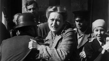 Inga Helms-Weiss (Meryl Streep) muss hilflos mitansehen, wie ihr Mann abgeholt und in ein Konzentrationslager gebracht wird - Szene aus Folge 3 der TV-Serie «Holocaust - Die Geschichte der Familie Weiss».