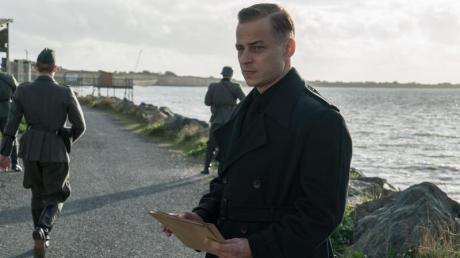 """Tom Wlaschiha spielt in auch in Staffel 2 von """"Das Boot"""" den Gestapo-Chef Forster. Hier gibt es einen Überblick zu Start, Besetzung, Handlung und Übertragung im TV oder Live-Stream."""